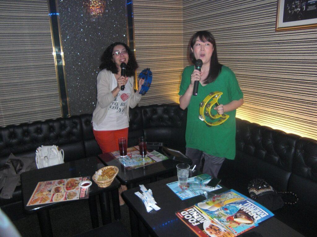 Chanter dans un Karaoke à Tokyo au Japon