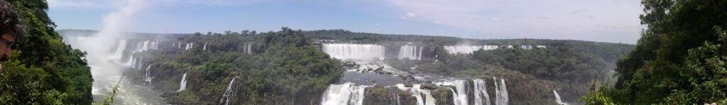 Vue panoramique sur les chutes d'Iguazú du côté brésilien du parc national