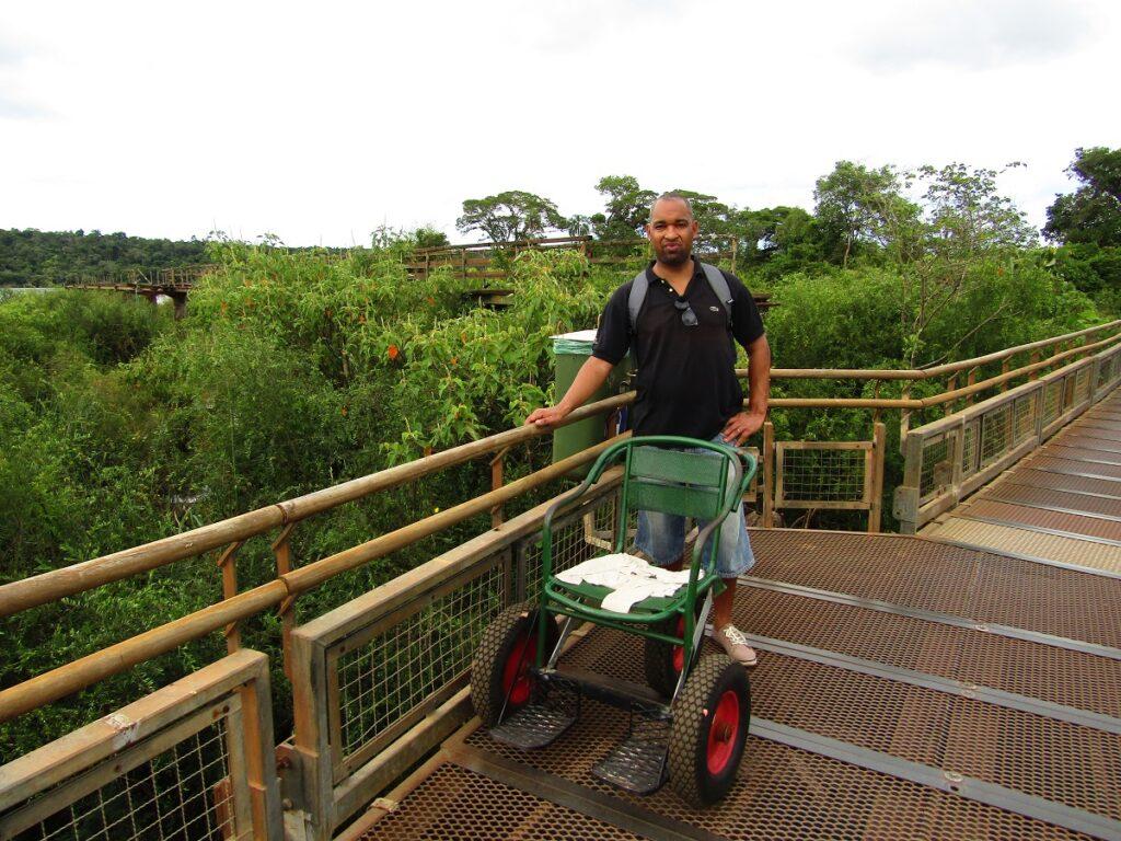 Fauteuil roulant spécial pour le sentier des chutes d'Iguazu en Argentine