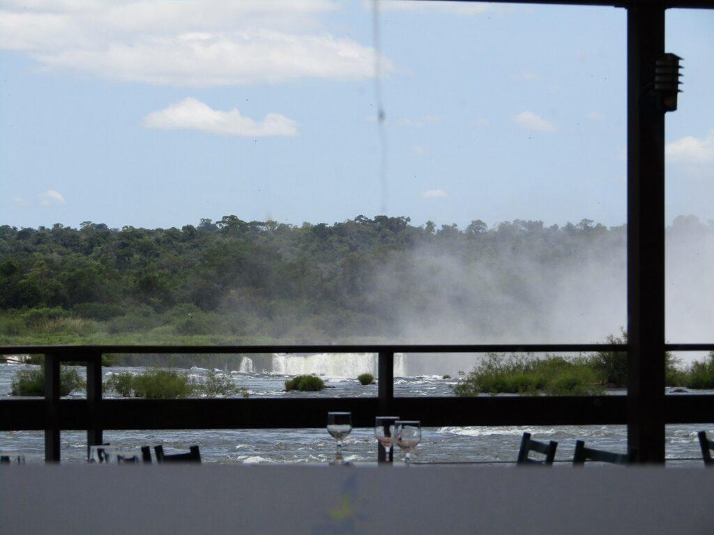 Vue sur les gorges du Diable en Argentine depuis un restaurant au Brésil